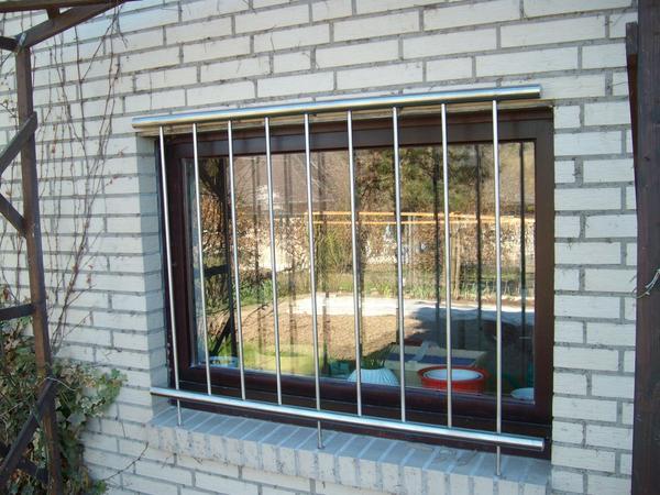 Montiertes Fenstergitter